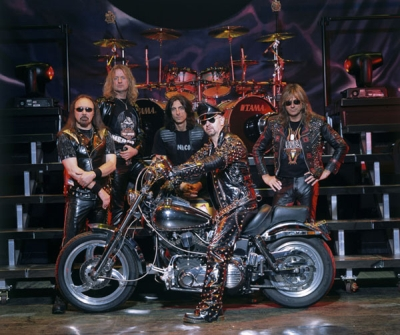 Judas Priest, com Rob Halford no Centro.