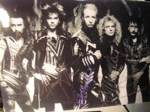 Judas Priest, foto assinada pela banda